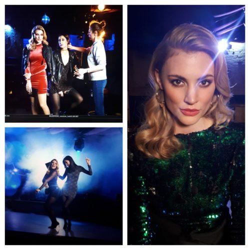 Make-up und Fotoshooting: Links oben: Models werden auf Bühne von Frau geschminkt, Links unten: zwei Models tanzen in dunklem Licht. Rechts: Blonde, junge Frau schaut in Kamera, trägt glitzerndes grünes Kleid