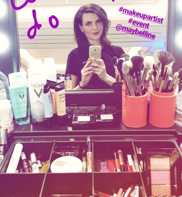 Als Make-up Artist bei Event: Spiegelselfie junger Frau mit vielen Make-up Utensilien im Vordergrund