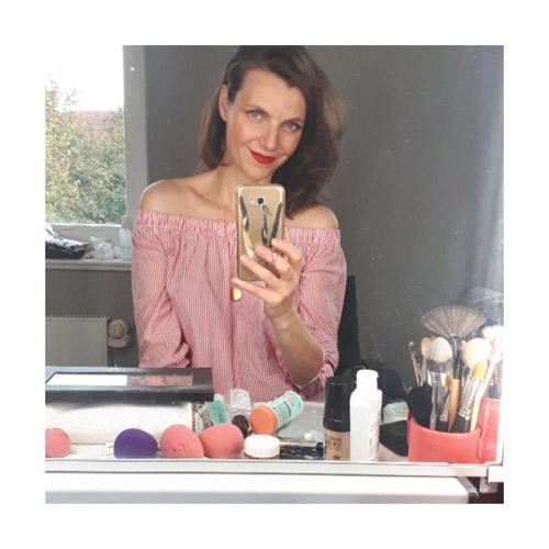 Spiegel Selfie von Visagist Hair & Make-up Artist, Vordergrund Make-up Utenslien