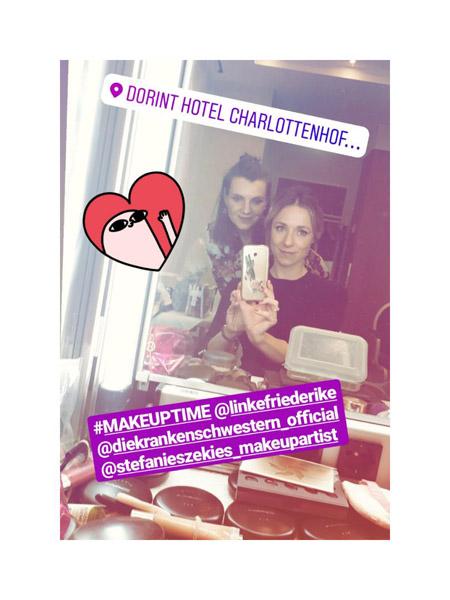 Spiegelselfie zweier Frauen bei einer Make-up Party, Vordergrund Make-up Utensilien