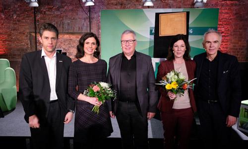 Zwei Damen & drei Herren stehen auf Bühnenbild, sind gestylt von Hair & Make-up Artist und Visagist