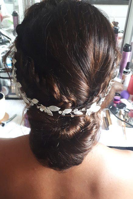Hinterkopf mit kunstvoll geflochtenem Dutt & Perlendiadem & Make-up für Hochzeit