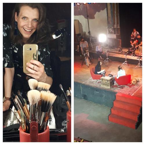 Links Selfie Stefanie Szekies Make-up Artist aus Leipzig mit Pinseln, links Blick auf Bühne von oben mit Dreh