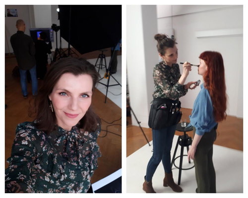Links: Selfie dunkelhaarige Frau in grün-geblümter Bluse. Rechts: Visagistin macht Make-up and Hair bei rothaarigem Model in Fotostudio