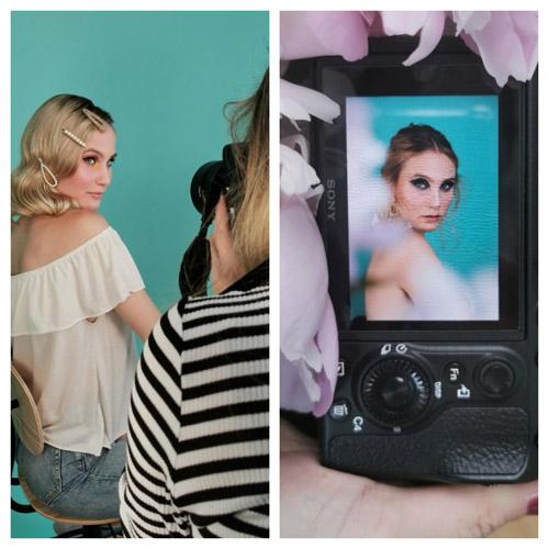 Links: Blonde, junge Frau mit weißer Rüschenbluse vor türkisfarbener Wand wird von Fotografin in gestreiftem Pullover fotografiert. Rechts: Das Ergebnis des Beautyshootings auf dem Kameradisplay umgeben von Blüten