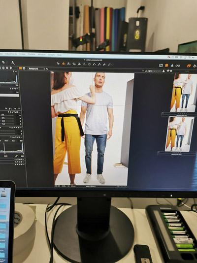 Bildschirm mit Bildbearbeitungssoftware & Foto wie Hair & Make-up Artist ein männliches Model stylt