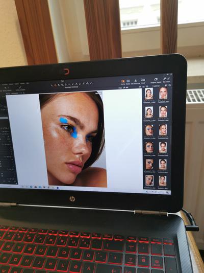 Laptop mit Bildbearbeitungssoftware, Foto eines Models mit Make-up für Fotoshooting