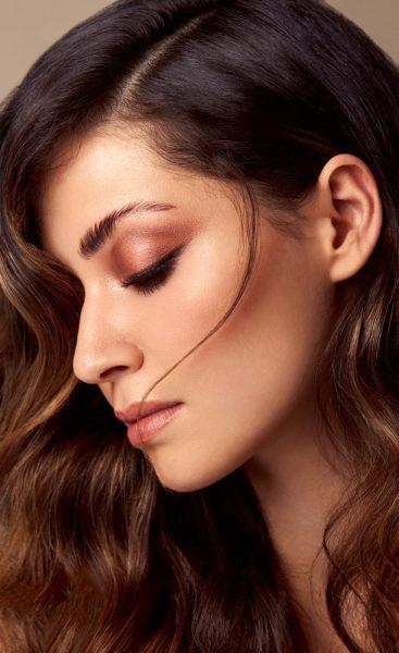 Seitenprofil eine brünetten Frau mit Beautymakeup und Glamourwave