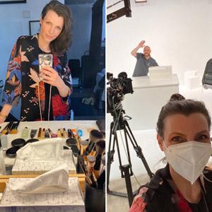 Selfie bei Make-up Videodreh, Make-up Pinsel, Fotoshootingset mit Selfie & Mann im Hintergrund.